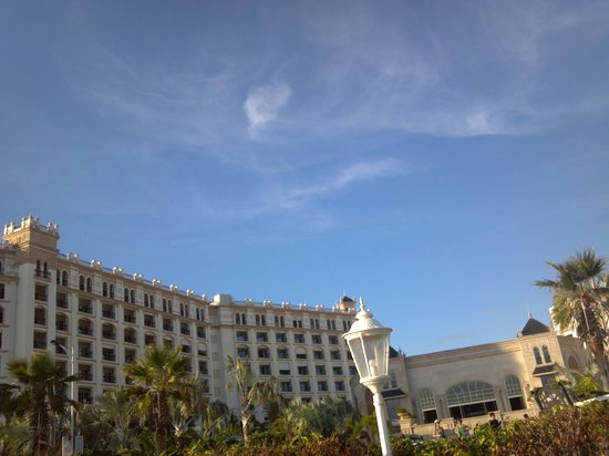 Crowne Plaza Resort Sanya Bay: hotel view from beach