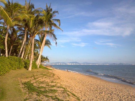 Crowne Plaza Resort Sanya Bay: private beach