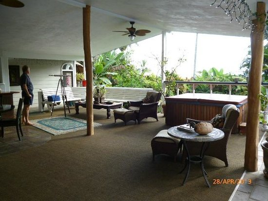 Orchid Tree Bed and Breakfast: Lanai area with hot tub