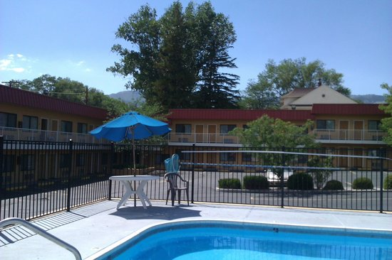 Rodeway Inn at Nevada State Capitol : Sat at pool looking towards motel rooms and parking