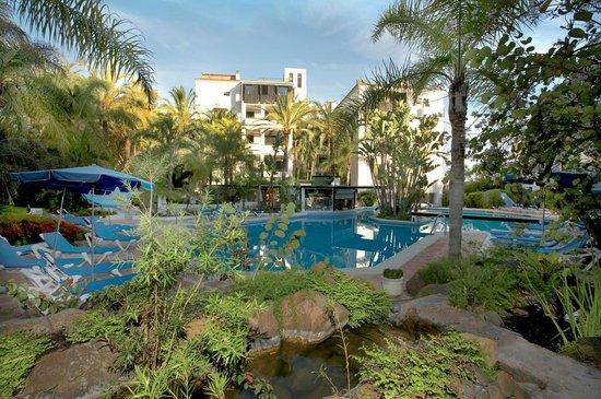 Alanda Club Marbella: Piscina con zona ajardinada
