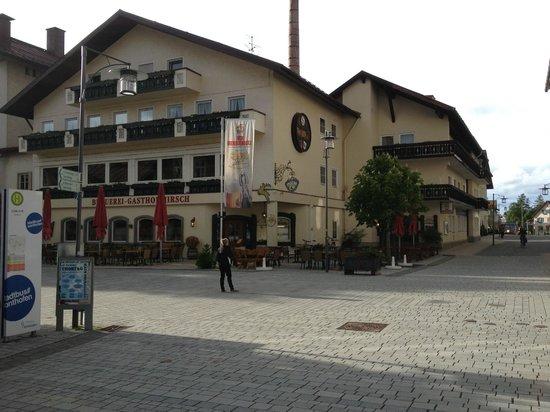 Hotel und Brauerei-Gasthof Hirsch: Hotel Front von der Seite der Fußgängerzone