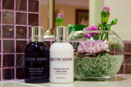 Golden Well Hotel : Molton Brown & fresh flower service