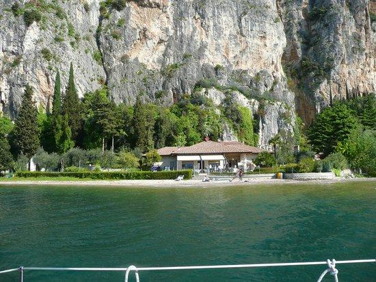 B&B Torre degli Ulivi : Blick vom See zum Hotel