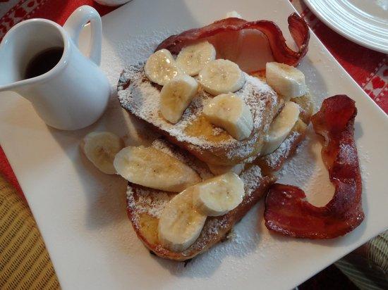 Kamahi Cottage : Orange & vanilla flavoured French Toast with grilled bacon, bananas & maple syrup