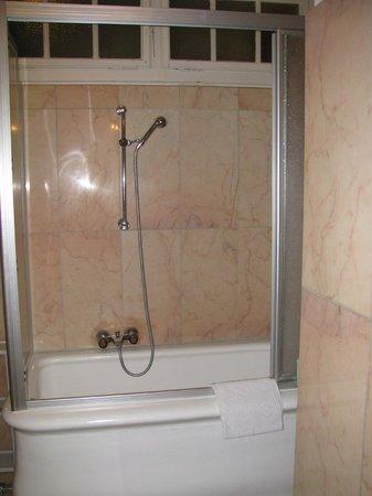 Hotel Beau Sejour Au Lac: Ванная комната в номере 16 (мрамор)