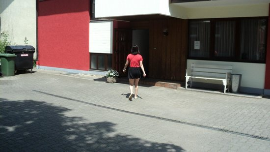 Gästehaus Ruh: My friend walking into the entrance