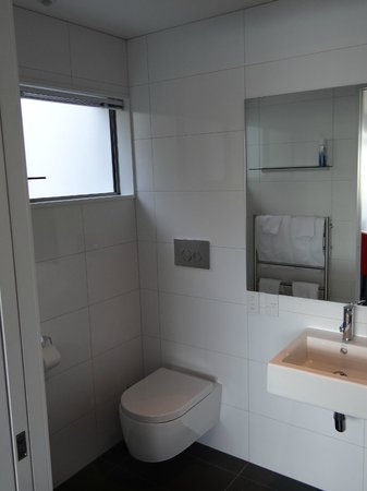 No 70, Studio Accommodation Queenstown: The bathroom, which had a heated towel railing and automatic light