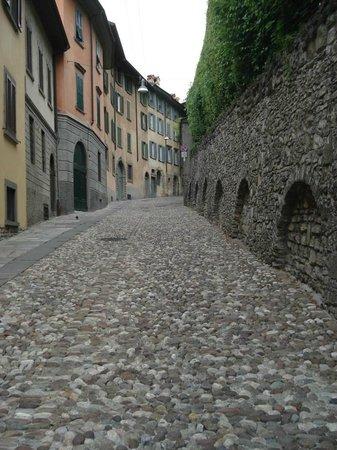B&B Io e Caterina : Bergamo cobbled street