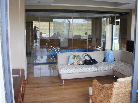 Woonkamer villa met binnenzwembad op achtergrond - Picture of Lykia ...