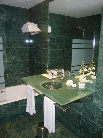 Acevi Villarroel: Salle de bains impeccable!
