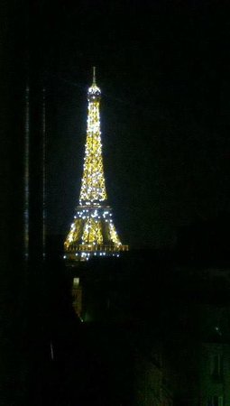 Hotel Elysees Union: Eiffel Tower at night from room