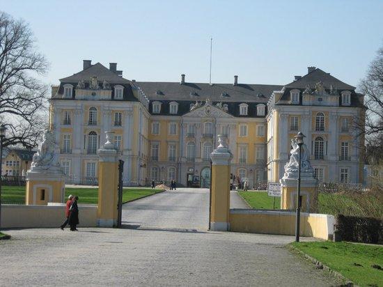 Schloss in Brühl: Imposanter Eingangsbereich