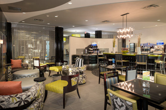 Holiday Inn Express Hotel & Suites Kansas City Airport: Breakfast Area and Great Room
