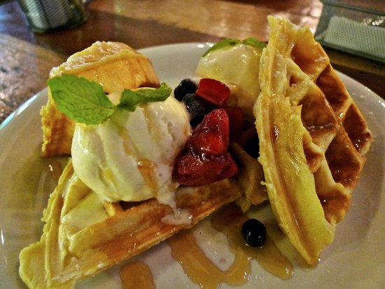 Party Play Lifestyle Cafe: waffles with berries