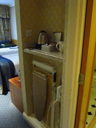 Thistle Poole: Habitación: Con kettle, infusiones variadas y plancha.
