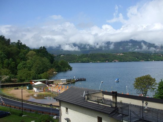 Fontaine Bleue Hotel: View of the lake