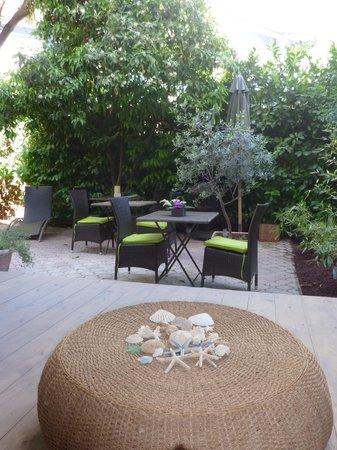 La Maison Des Capucines : Petit dejeuner dans le jardin