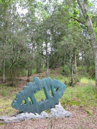 "Parco Sculture Del Chianti : ""Das Eichenblatt"" im Wald des Skulpturenparks"