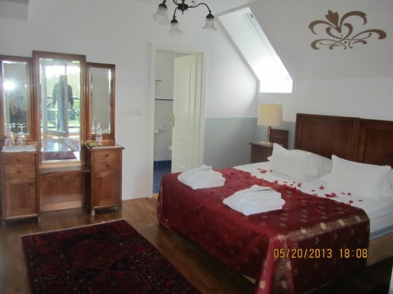 Hotel Triglav Bled: Bedroom - such romantic setting