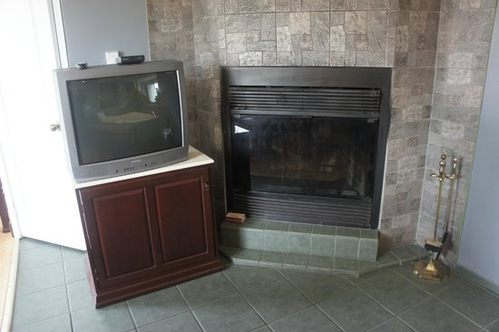 Motel Clair-Mont : fireplace of suite