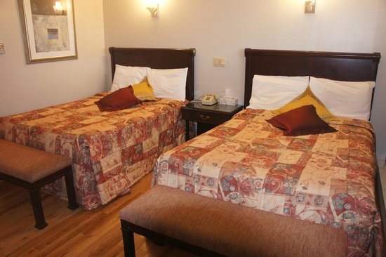 Motel Clair-Mont: two double beds with hardwood floor