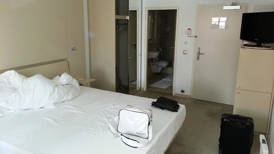 Design Hotel Josef Prague: Spartanisch eingerichtete Zimmer. Mehr als Übernachten würden wir hier nicht wollen.
