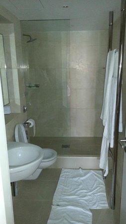 Design Hotel Josef Prague: Bad in Ordnung. Gibt allerdings eine Überschwemmung beim Duschen.