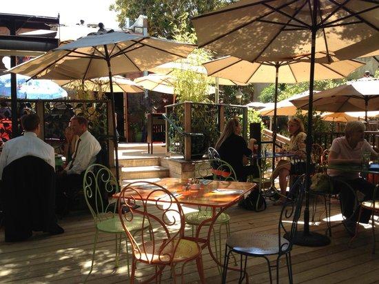 Novo: Shaded outdoor area