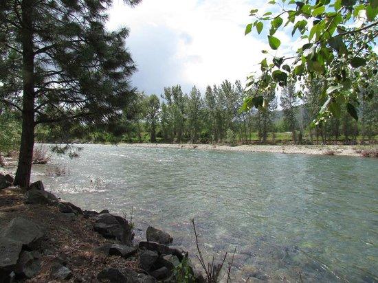 River Run Inn: Methow River running along the grounds