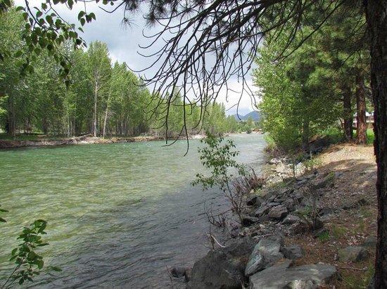 River Run Inn : Methow River running along the grounds