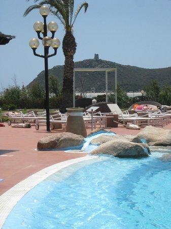 Pullman Timi Ama Sardegna : piscine  vue sur la tour