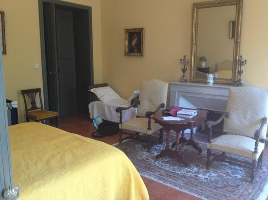 Chateau Juvenal : Our room (super high ceilings)