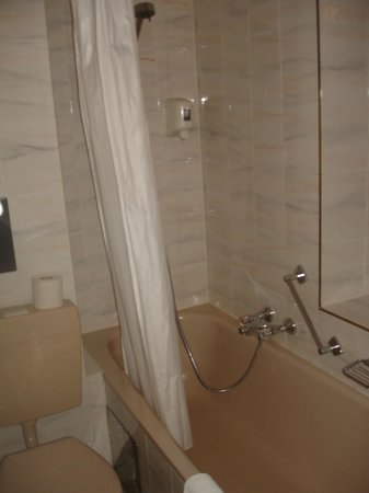 "Hotel Tabor: Hotel ""Tabor"" номер 103 (ванная комната)"