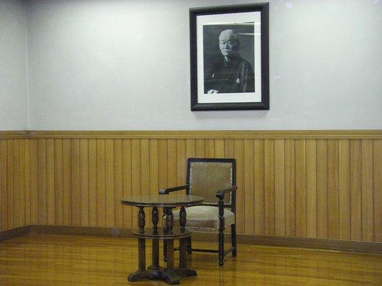 Kodokan: Le fauteuil et la table de maitre Kano.