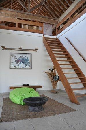 Segara Villas: Wohnzimmer mit Blick auf Meer