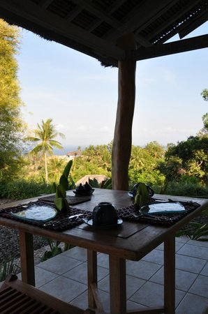 Segara Villas: Terasse Bungalow mit Blick auf's Meer