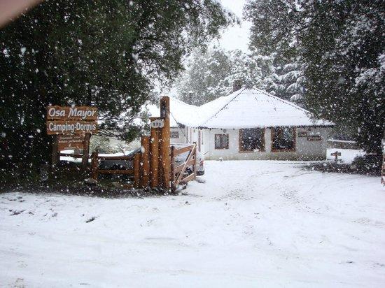 Osa Mayor Camping & Dormis: Nevando. Vista de la entrada principal