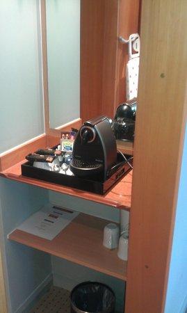 Mercure Bolton Georgian House Hotel: Nespresso coffee machine in the updated rooms