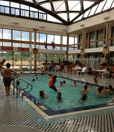 Crowne Plaza Pittsfield: Rained out game, pool packed