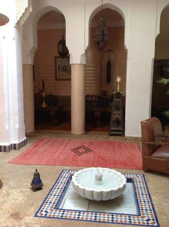 Riad Les Yeux Bleus : Courtyard outside our room