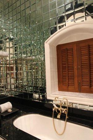 Taj Falaknuma Palace : the mirror walled bath tub