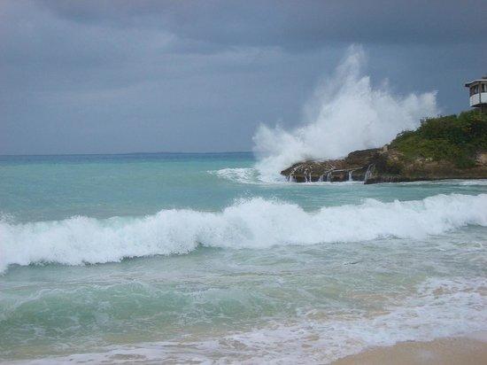 Meads Bay: Crashing waves at Mallihouana
