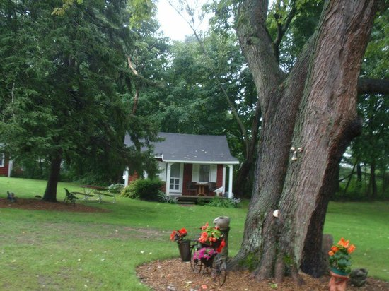 Pride Motel & Cottages: Cute landscaping and our cottage