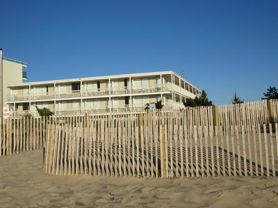 Seabonay Motel: View of the motel from the beach