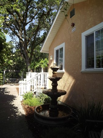 Glen Ellen Inn: Outside room #7 and #1