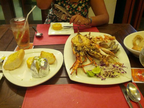 La Flora Resort Patong: Lobster and uncooked potatoes