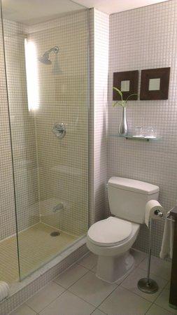 Executive Hotel Cosmopolitan Toronto: bath room
