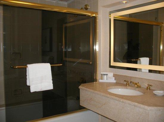 Washington Court Hotel: The bathroom