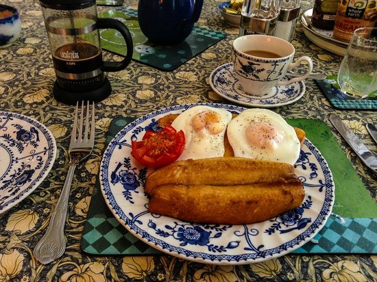Bedknobs Bed and Breakfast: Eggs, Kippers, Toast & Tomato with great coffee!
